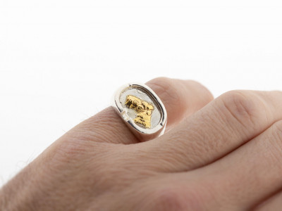 FRIDA | Silver ring with a dog head embossed in Gold