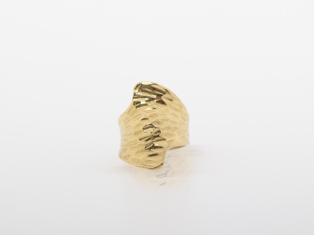 ORGANIC ELEGANCE | Ring with hammered surface Gold vermeil