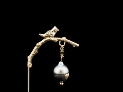 BIRD ON A TWIG   Gold lapel pin with Tahitian Pearl