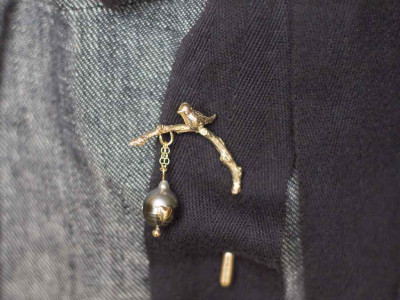 BIRD ON A TWIG | Gold lapel pin with Tahitian Pearl
