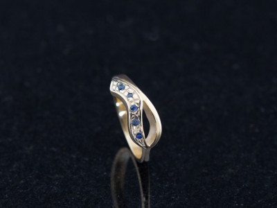 DOUBLE CURVED | Solid Gold ring with five Sapphires