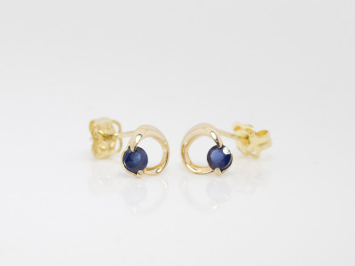 HALF MOON BLUE | Sapphire ear studs in solid Gold (sold)