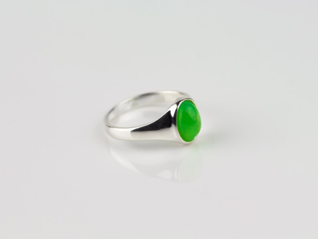 Cryptocrystalline | Shiny Silver Ring with a stately smooth Chrysoprase