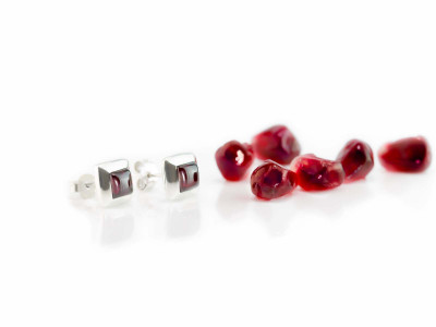 Smooth Garnet Square | shiny ear studs in Sterling Silver (sold out)