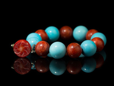 CORAL MAGNESITE SPHERES | Bracelet with precious Coral charm