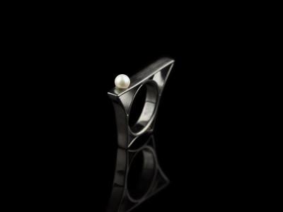 PEARL ON BRIDGE | Ring in Black Rhodium plated Silver