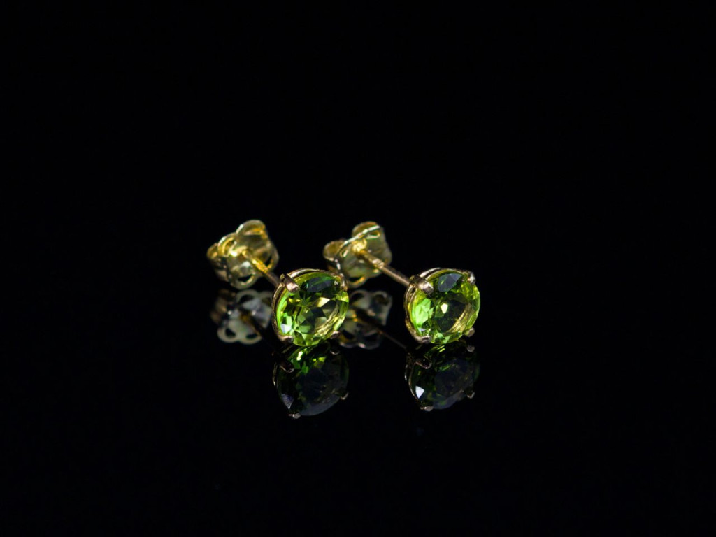 GREEN GOLD   Peridot earstuds in 9ct Yellow Gold (Sold out)
