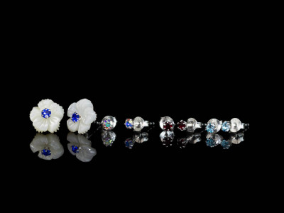 MOTHER OF PEARL FLOWERS | Ear studs with CZ in different colours (made to order)